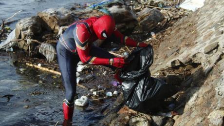 Als Spiderman verkleidet macht sich auf Sulawesi ein Mann um die Umwelt verdient. Er räumt täglich Müll vom Strand weg.