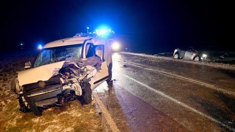 Bei Langenau ist in der Nacht auf Mittwoch ein kleiner Lieferwagen auf die Gegenspur geraten und hat so einen Unfall verursacht.