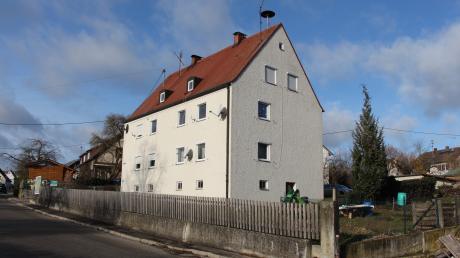 Die Gemeinde Schmiechen will in das Haus in der Steindorfer Straße kein Geld mehr investieren. Mit einem Partner soll ein neues Gebäude für den sozialen Wohnungsbau gebaut werden.