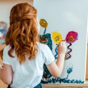 Ist das Kunst? Oder darf das auch weg? Ein Kind malt auf einer Leinwand.