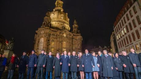 Das Ehepaar Steinmeier bildet gemeinsam mit zahlreichen anderen Teilnehmern eine Menschenkette bei der Gedenkveranstaltung zum 75. Jahrestag der Zerstörung Dresdens.