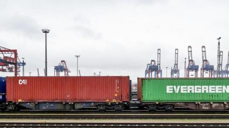 Container werden im Hamburger Hafen umgeschlagen. Die deutsche Wirtschaft ist nach Einschätzung von Ökonomen auch zum Jahresende 2019 nicht in Schwung gekommen.