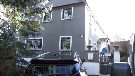 Die Polizei durchsuchte am Freitagvormittag dieses Anwesen im südlichen Landkreis Augsburg.