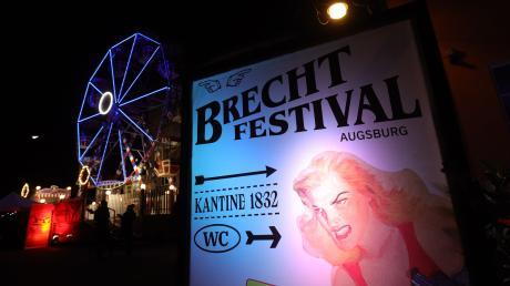 Mit einem Spektakel beginnt der erste Abend des diesjährigen Brechtfestivals auf dem Martinipark-Gelände in Augsburg.