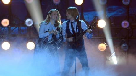 """John Kelly mit seiner Schwester Patricia bei der Verleihung der """"Goldenen Henne"""". Bald wird John Kelly bei """"Let's Dance"""" 2020 dabei sein. Der Musiker im Porträt."""