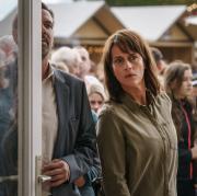 """Kommissarin Doreen  Brasch (Claudia Michelsen) beobachtet das Wettbüro: Szene aus dem """"Polizeiruf 110: Totes Rennen"""", der heute im Ersten läuft."""