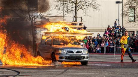 Mit dem Auto durch die Feuerwand - bei solchen Stunts hielt das Publikum den Atem an.