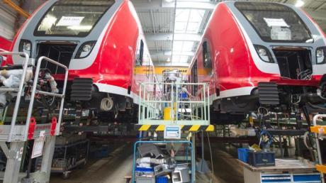 Bahnwaggons stehen in einer Bombardier-Werkhalle im sächsischen Görlitz.