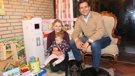 Der CSU-Landratskanidat Rainer Schaal im Kreis seiner Familie mit Ehefrau Alexandra und Tochter Fanny und ihren Hunden.