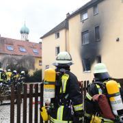 Die Feuerwehr ist am Dienstagvormittag in Lechhausen im Einsatz. Aus einem Mehrfamilienhaus in der Brunnenstraße mussten sechs Menschen mit der Drehleiter gerettet werden.