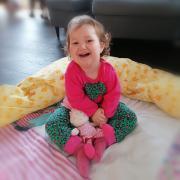 Johanna ist ein fröhliches und trotz ihrer Beeinträchtigungen auch aktives Kind. Gerade suchen ihre Eltern Verstärkung für ihr Pflegeteam.