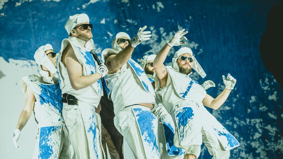 Deichkind haben am Dienstagabend ein Konzert in der Schwabenhalle in Augsburg gespielt. Von einer Hip-Hop-Band haben sie sich zu einem Pop-Phänomen gewandelt.