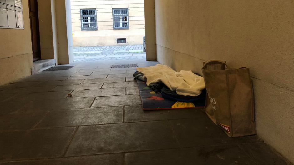 In der Augsburger Innenstadt sind auch immer wieder Schlafstätten von obdachlosen Menschen zu sehen.