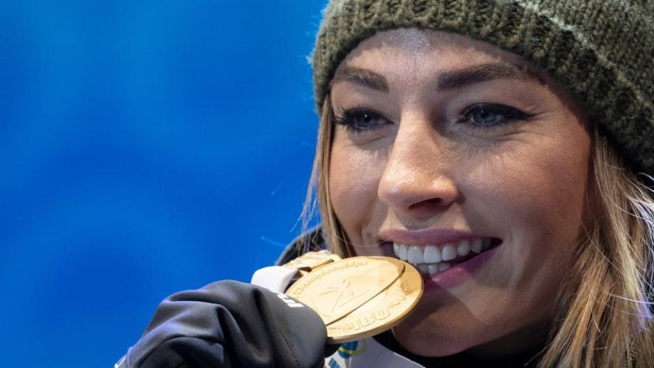 Der Erfolg schmeckt immer gut: Dorothea Wierer hat bereits zwei Goldmedaillen gewonnen.