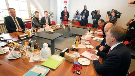 Vertreter von Die Linke, SPD, Bündnis 90/Die Grünen und CDU sitzen vor einer erneuten Gesprächsrunde im Thüringer Landtag. Sie wollen in dem Gespräch einen Ausweg aus der Regierungskrise finden.