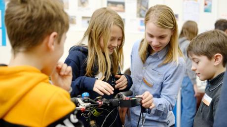 Ihre ausgeklügelten Ideen zeigen Schüler beim Regionalwettbewerb von Jugend forscht im Augsburger MAN-Museum.