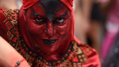 Der berühmte Karneval von Rio neu interpretiert: eine Frau im roten Teufelskostüm.