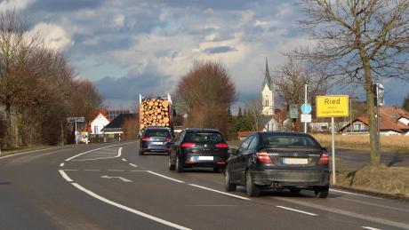Schon seit Jahren leiden die Rieder unter dem stetig zunehmenden Verkehr auf der Ortsdurchfahrt. Nun hofft der Bürgermeister, dass die Dringlichkeit höher eingestuft werden könnte.