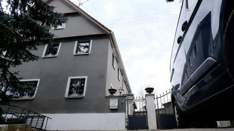 Die Polizei durchsuchte am vergangenen Freitagvormittag dieses Anwesen im südlichen Landkreis Augsburg. Hier soll der Kopf einer rechtsterroristischen Vereinigung leben.