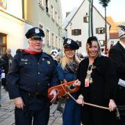 Bürgermeisterin Miriam Gruß (rechts) wurde vom Narrengericht freigesprochen und führte zwei Beamte der Narrenpolizei ab.