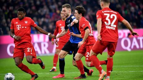 David Alaba, Alvaro Odriozola  und Joshua Kimmich vom FC Bayern München und Dennis Srbeny von Paderborn kämpfen um den Ball.