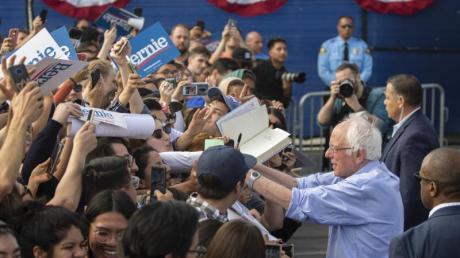 Bernie Sanders gibt Autogramme an einer Schule im kalifornischen Santa Ana.
