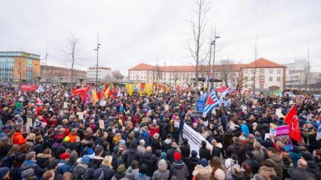 Tausende Menschen demonstrieren auf dem Hanauer Freiheitsplatz gegen Hetze und Hass.