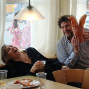 """Franziska Tobler (Eva Löbau) und Friedemann Berg (Hans-Jochen Wagner) im Fastnachtstreiben: Szene aus dem Schwarzwald-Tatort """"Ich hab im Traum geweinet"""", der heute im Ersten läuft."""