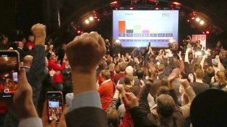 Anhänger der SPD bejubeln die Zahlen der ersten Prognose auf ihrer Wahlparty in Hamburg.