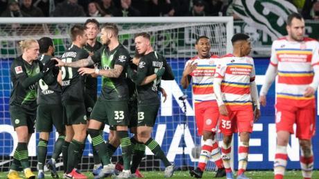 Wolfsburgs Josip Brekalo (verdeckt) bejubelt sein Tor zum 1:0 gegen den FSV Mainz 05 mit seinen Mannschaftskollegen.