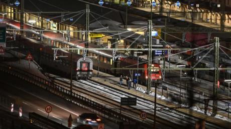Am italienisch-österreichischen Grenzübergang Brenner warten am Sonntag mehrere hundert Bahnpassagiere auf auf ihre Weiterreise.