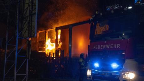 In Buchloe ist am späten Sonntagabend eine Zelthalle abgebrannt.