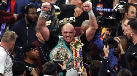 Tyson Fury feiert seinen Sieg über Deontay Wilder.