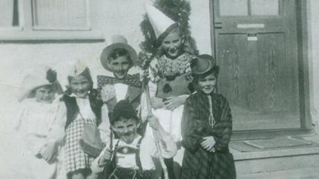 """Als vierjähriger Bub als Clown verkleidet (links) steht """"Bones"""" Konrad Kling mit Geschwisternund Nachbarskindern im Fasching 1949/50 in der ehemaligen Gartenstraße bei Willi und Anni Mayer in Krumbach."""