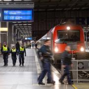Der aus Furcht vor dem Coronavirus am Brenner gestoppte Zug ist mit mehrstündiger Verspätung am frühen Montagmorgen in München angekommen.