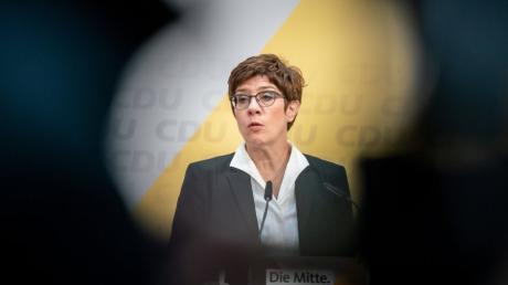 Annegret Kramp-Karrenbauer spricht bei der Pressekonferenz nach den Sitzungen der CDU Gremien im Konrad-Adenauer Haus.