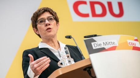 Annegret Kramp-Karrenbauer spricht bei der Pressekonferenz nach den Sitzungen der CDU-Gremien im Konrad-Adenauer Haus.