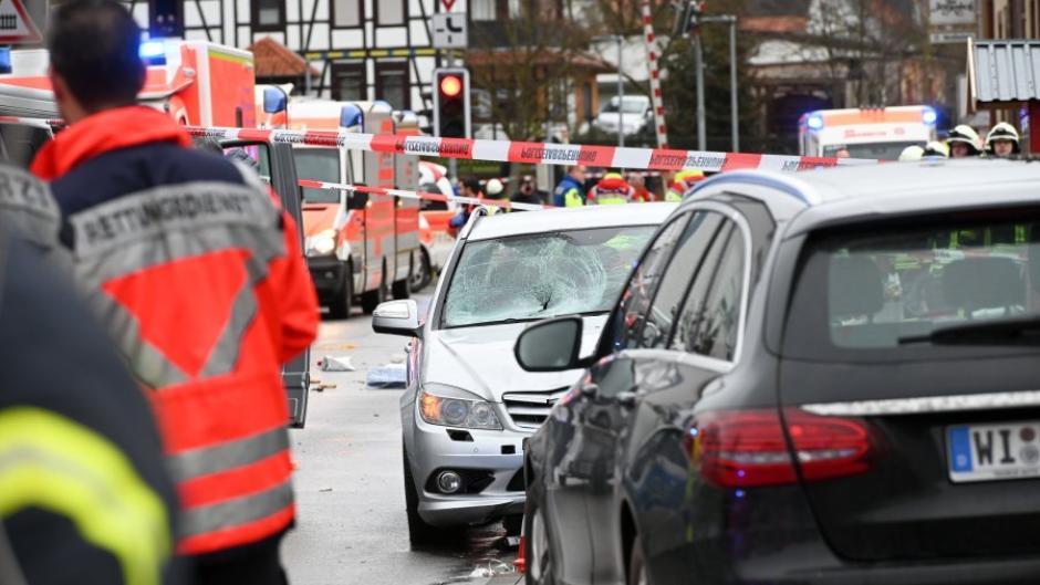 In Volkmarsen in Hessen ist beim Rosenmontagszug ein Auto in eine Menschengruppe gefahren. Die Polizei nahm den Fahrer noch vor Ort fest.