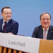 Gaben sich vor Journalisten gut gelaunt: Jens Spahn und Armin Laschet.