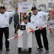 """Zahlreiche Teilnehmer zogen beim Faschingsumzug durch Gundelfingen - hier zum Thema """"Maut""""."""