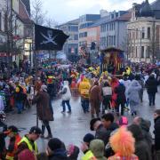 Hunderte Menschen säumten in den vergangenen Jahren die Straßen beim Faschingsumzug in Schwabmünchen. Noch ist unklar, ob die Veranstaltung in der kommenden Saison stattfinden kann.