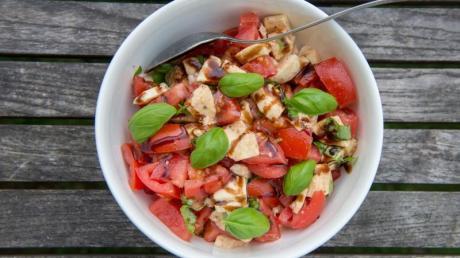 Für den Schuss würzige Säure auf dem Tomatensalat muss es nicht der 120 Euro teure Balsamico sein. Die Standard-Flasche aus dem Bio- oder Supermarkt reicht da völlig aus, finden die Tester der Stiftung Warentest.