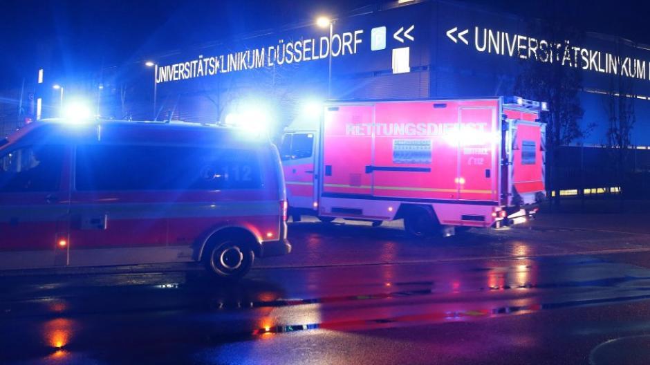 26.02.2020, Nordrhein-Westfalen, Düsseldorf: Rettungswagen fahren am frühen Morgen auf das Gelände des Uniklinikums. Nach der Ansteckung mit dem neuartigen Coronavirus ist in ein Mann von einem Krankenhaus in Erkelenz nach Düsseldorf verlegt worden. Foto: David Young/dpa +++ dpa-Bildfunk +++