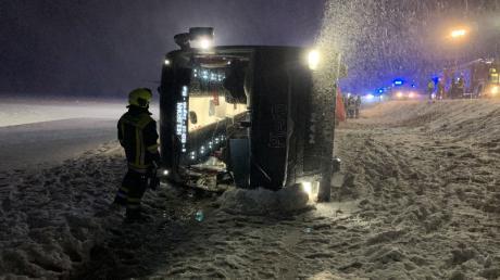 Auf der Bundesstraße B10 nördlich von Ulm ist am Donnerstagabend ein Reisebus umgekippt. Er blieb auf der Seite liegen, alle acht Insassen wurden verletzt.