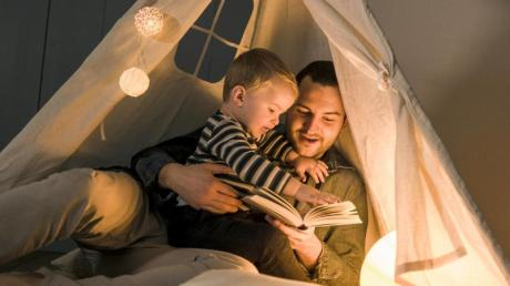Mit einem Märchenzelt schafft Papa eine gemütliche Kulisse. Wenn er dann noch an spannenden Stellen Pausen beim Vorlesen macht, bringt das die Atmosphäre zum Knistern.