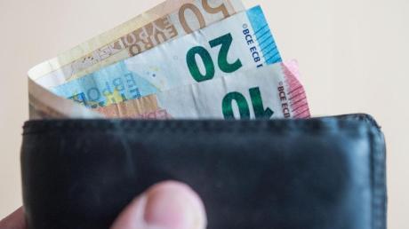 In einem Friedberger Supermarkt stiehlt ein Unbekannter einen Geldbeutel. Die Polizei sucht nach Zeugen.