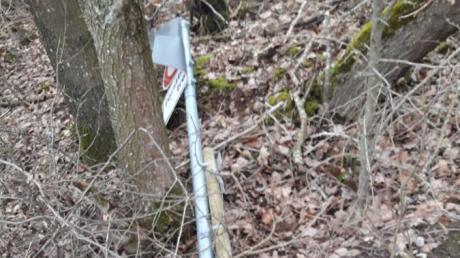 Im Wald bei Schwennenbach sind in den vergangenen Monaten Schilder zerstört worden.