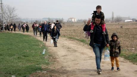 Migranten gehen zur türkisch-griechischen Grenze, in Pazarkule bei Edirne.