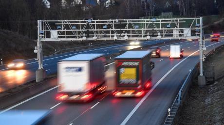Auf der Autobahn im Landkreis Günzburg werden künftig digitale Verkehrsschilderbrücken den Verkehr regeln.