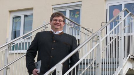 Josef Schmidberger ist einziger Bewerber für das Bürgermeisteramt in Holzheim; der Kindergarten Bild befindet sich an seinem Wohnort Stadel.